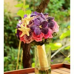 Buchet orhidee Vanda, si trandafiri roz si violet, decorat cu stelute de mare
