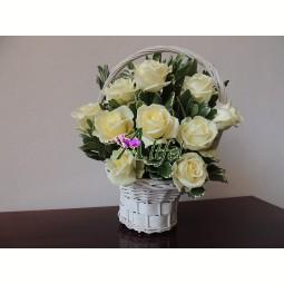 Cos cu trandafiri albi