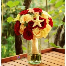 Buchet trandafiri si lisianthus, decorat cu steluta de mare