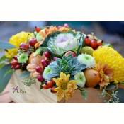 Aranjament de masa crizanteme multicolore  si fructe