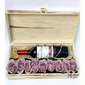 Cutie cadou cu vin si trandafiri
