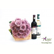 Buchet de trandafiri si doua sticle de vin Byzantium in cutie lemn natur