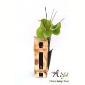 Buchet Anthurium si vin Floare de Luna in cutie vertiicala din lemn natur
