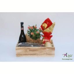 Aranjament cu trandafiri,  vin si dulciuri in cutie de lemn natur