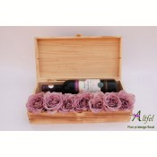 Aranjament trandafiri si vin rosu in cutie lemn natur