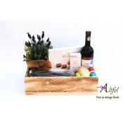 Aranjament cu lavanda, vin, dulciuri si specialitati de ciocolata in cutie lemn natur